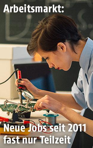 Frau arbeitet in einem technischem Büro
