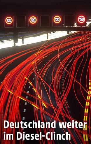 Rote und weiße Lichtspuren von fahrenden Autos in der Nacht