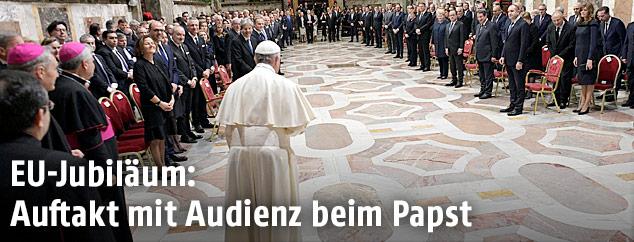 Papst Franziskus vor der versammelten Menge der 27 Staats- und Regierungschefs