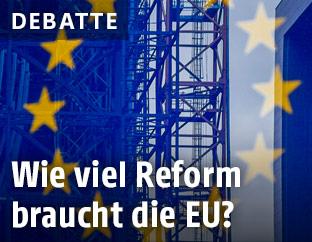 Baustelle hinter Fahne der EU