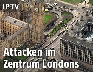 Einsatzfahrzeuge rund um das Parlament in London