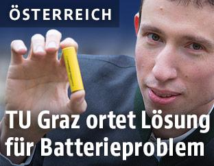 Stefan Freunberger von der TU Graz mit Batterie