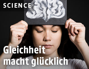 Frau mit Zeichnung eines Gehirns