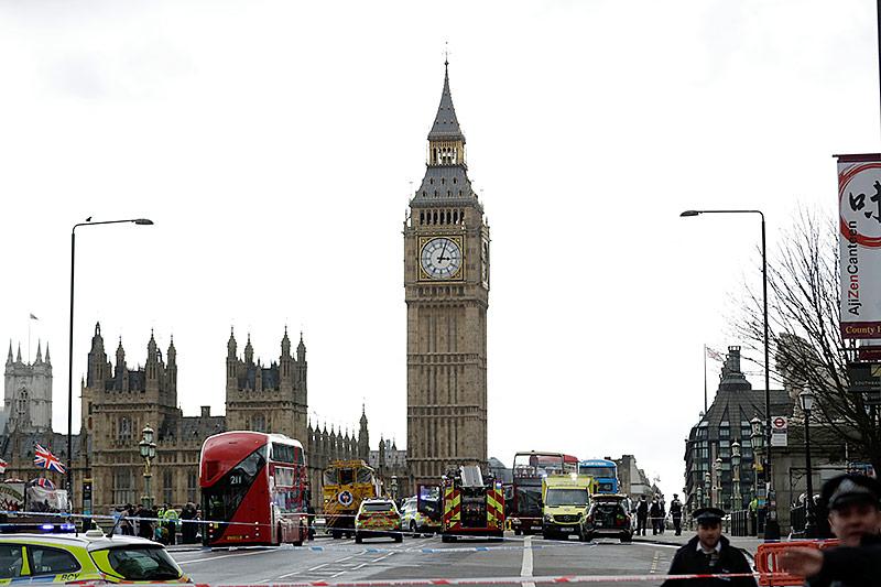 Einsatzfahrzeuge vor Londoner Parlament