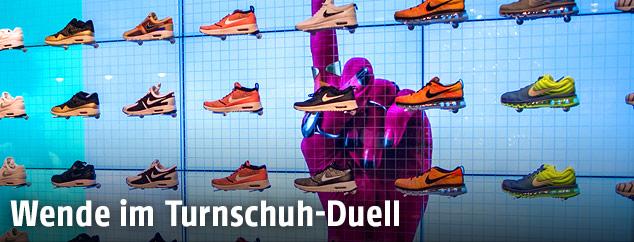Ein Schuhregal in einer Nike-Filiale