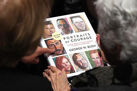 """Das Buch """"Portraits of Courage"""" von George W. Bush"""