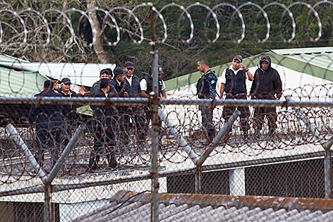Polizisten am Dach des Gefängnisses