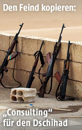 Kalaschnikows lehnen an einer Mauer