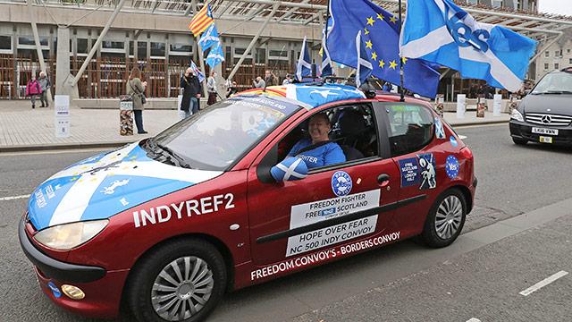 Demonstanten vor dem Parlament in Schottland