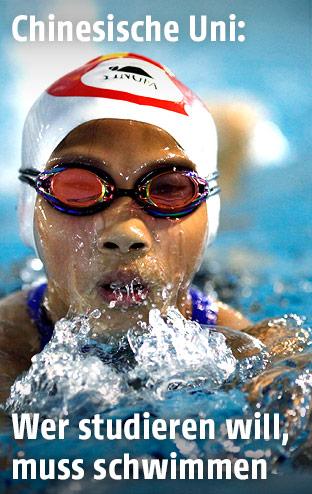 Frau schwimmt in Hallenbad