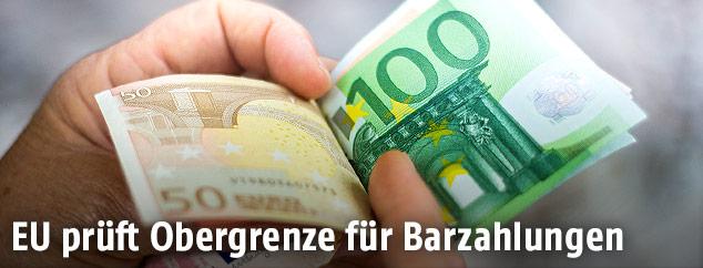 Euro Banknoten in einer Hand