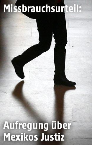 Silhouette einer gehenden Frau