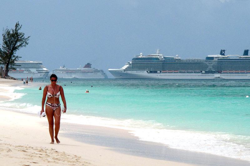 Frau am Strand der Cayman Islands