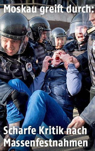 Russische Polizei mit einem Demonstranten