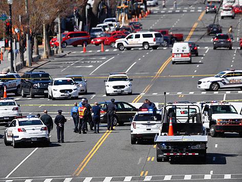 Abgesperrte Straße in Washington mit Polizeiautos