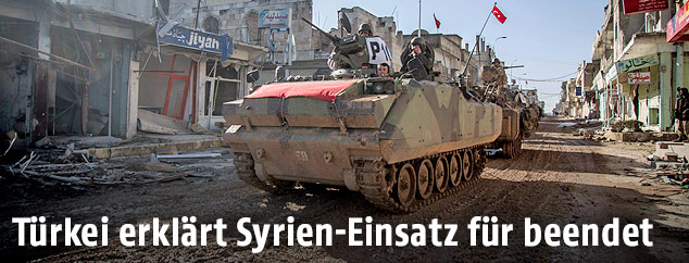 Türkisches Panzerfahrzeug in einer syrischen Ortschaft