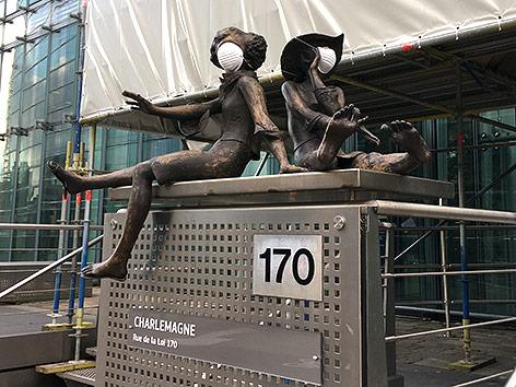 Statuen mit Gesichtsschutzmaske