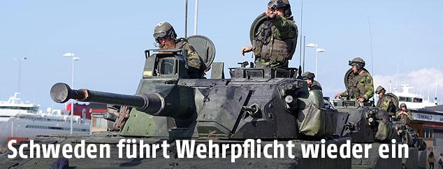 Schwedische Soldaten auf einem Panzer