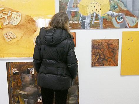 """Eine Besucherin steht vor der Installation """"Käsesakramentsystem"""" des kanadischen Künstlers Ben Schumacher im Kunstverein Braunschweig"""