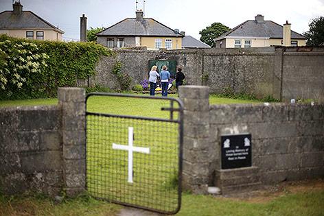 Rasenfläche beim Heim für unverheiratete Mütter in Tuam, Irland