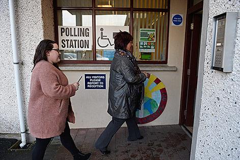Menschen beim Wählen