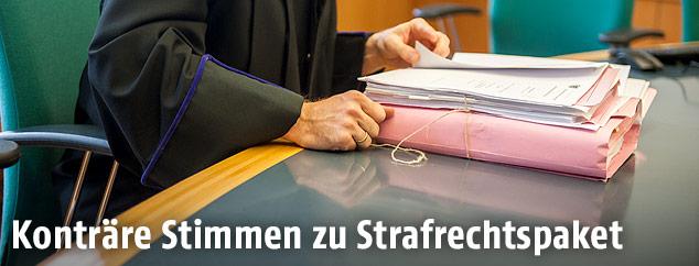 Prozessakten vor Gericht