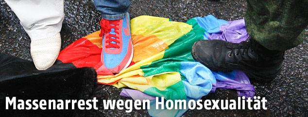 Füße auf Regenbogenflagge