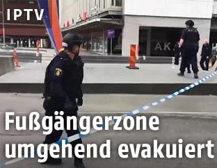 Polizistinnen sperren den Anschlagsort ab