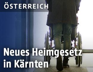 Frau schiebt Rollstuhl