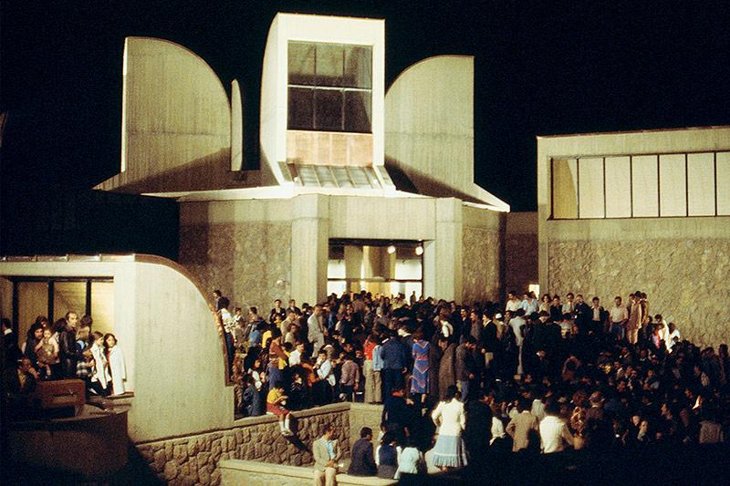 Menschenmenge vor dem Teheraner Museum für Zeitgenössische Kunst bei der Eröffnung