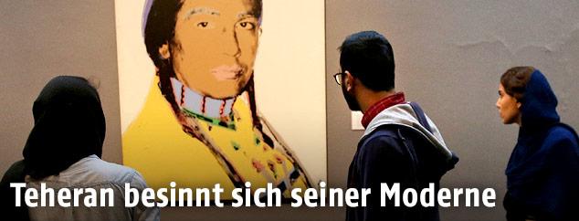 Besucher betrachten ein Bild aus Andy Warhols American Indian Series (Russell Means) im Teheraner Museum für Zeitgenössische Kunst