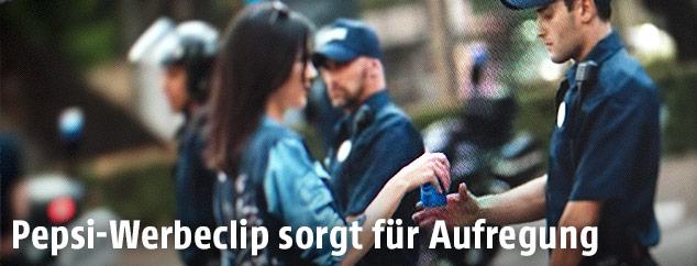 US-Starlet Kendall Jenner überreicht in einem Werbeclip einem Polizisten eine Dose Pepsi