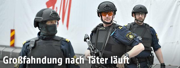 Bewaffnete Polizisten im Zentrum Stockholms