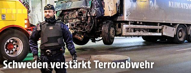Ein Polizist vor dem Anschlags-LKW in Stockholm