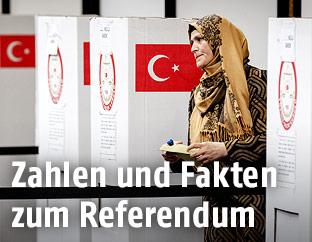 Frau verlässt eine Wahlzelle nach ihrer Stimmabgabe
