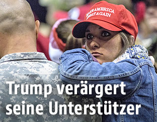 Trump-Anhängerin neben einem Soldaten