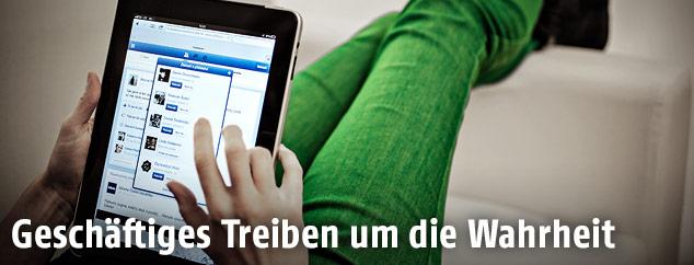 Tablet beim bespielen einer Scial Media Seite