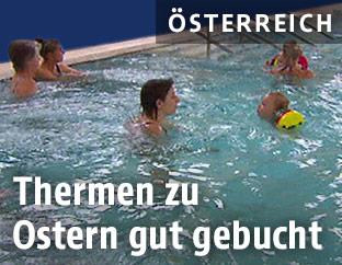 Schwimmbecken mit Gästen