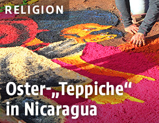 Ein Mann gestaltet religiöse Streubilder aus buntem Sägemehl am Karfreitag in Leon, Nicaragua
