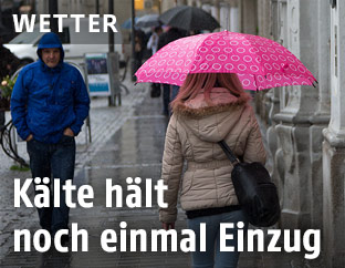 Frau trägt Regenschirm