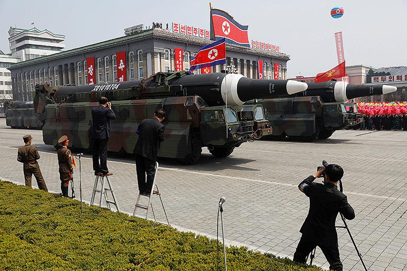 lastwägen mit Raketen bei der Nordkoreanischen Militärparade