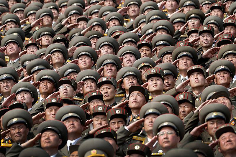 Nordkoreanische Soldaten blicken zum Himmel