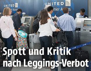 Passagiere beim Check-in