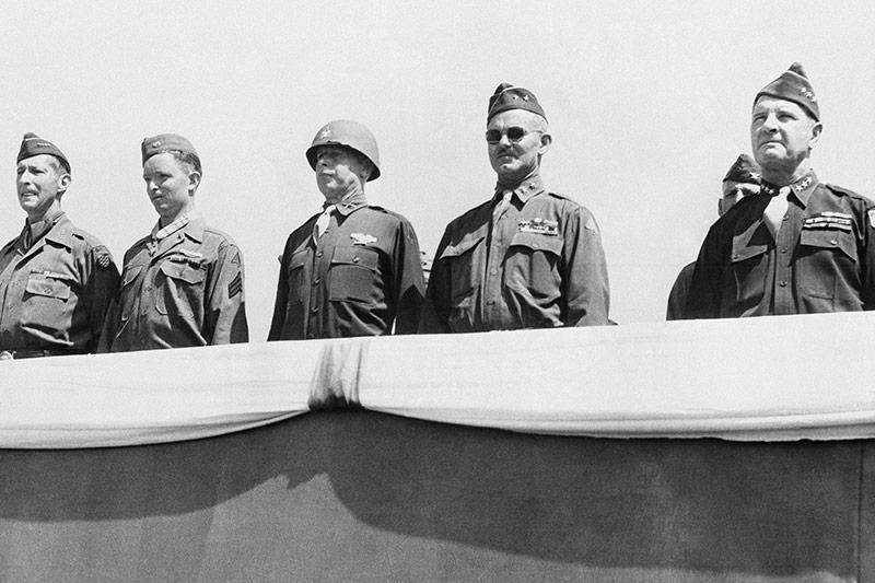 General Mark W. Clark mit US-Offizieren