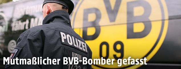 Polizist vor BVB-Bus