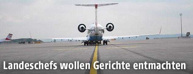 Heck eines Flugzeugs auf dem Rollfeld eines Flughafens