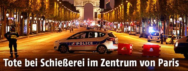 Polizisten auf der gesperrten Champs-Elysee in Paris