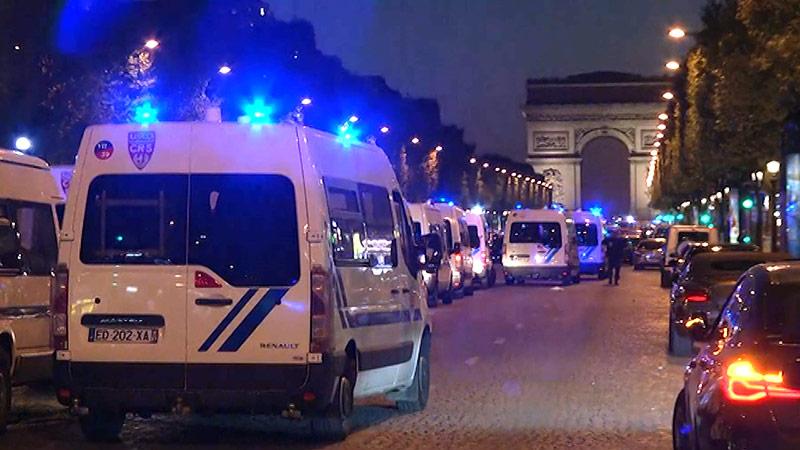 Polizeiautos auf der gesperrten Champs-Elysee in Paris