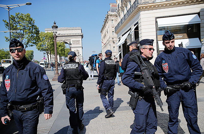 Polizisten am Champs-Elysees