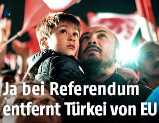 Vater mit Kind während der Rede von Erdogan